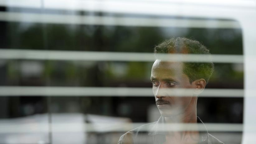 Eritrea: Ein Flüchtling auf einem Bahnhof in Rosenheim