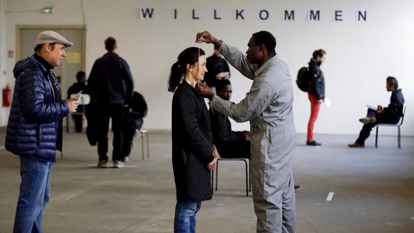 """Flüchtlinge: Flüchtlinge nach ihrer Ankunft in Deutschland: Ein Theaterprojekt in Berlin hat die Szene für ihr Stück """"Herz der Finsternis"""" über die Flucht von Afrika nach Europa einstudiert."""