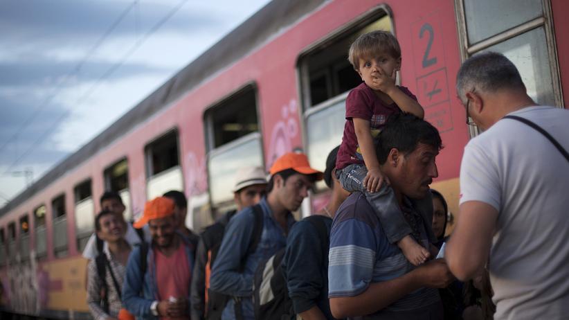 Flüchtlinge besteigen am 6. September an der Grenze zwischen Griechenland und Mazedonien einen Zug, der sie nach Serbien bringen soll.