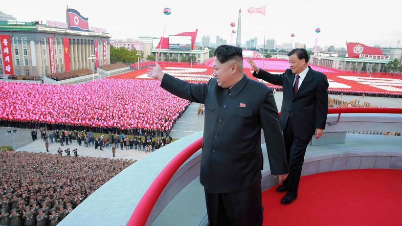 Nordkorea: Nordkoreas Machthaber Kim Jong Un bei einer Militärparade.