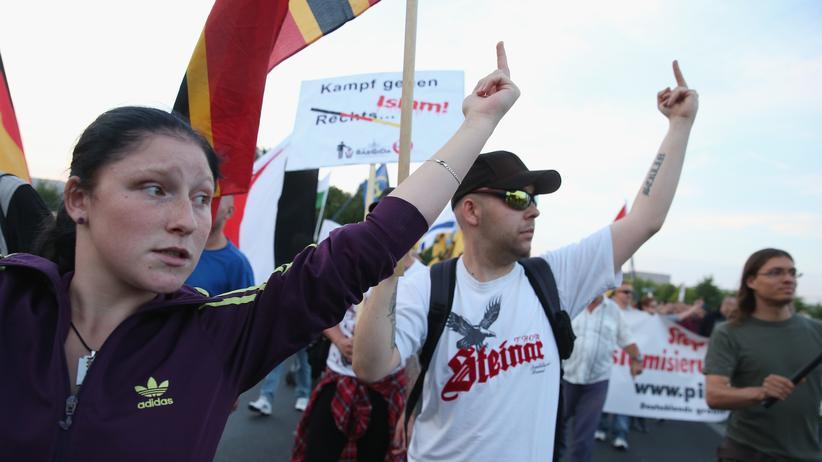 Pressefreiheit: Pegida-Demonstranten zeigen den ausgestreckten Mittelfinger.