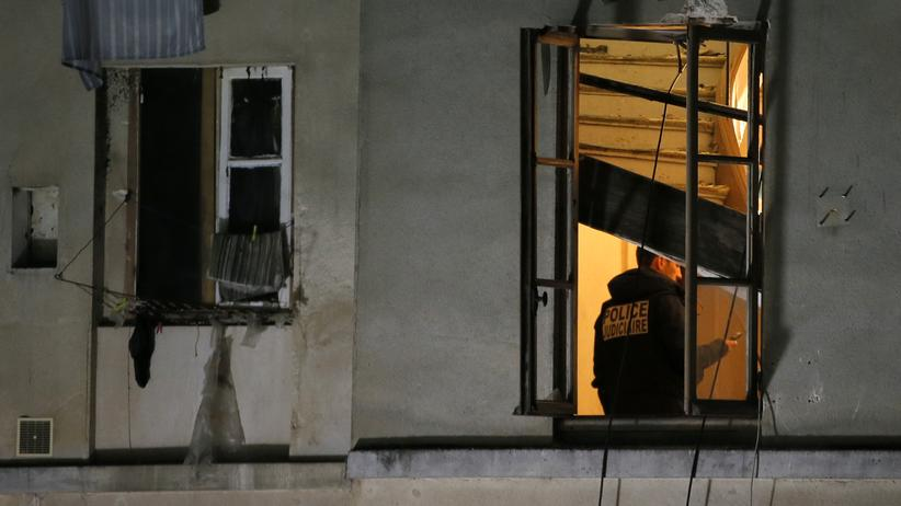 Terror in Paris: Ein Polizist in dem gestürmten Apartment in Saint-Denis