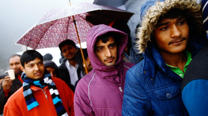 Migration: Migranten warten auf die Essensausgabe vor dem Registrierungszentrum in der Stadt Schwarzenborn nahe Frankfurt.