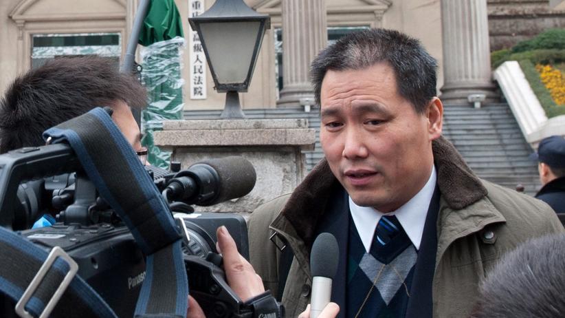China: Der chinesische Menschenrechtsaktivist Pu Zhiqiang auf dem Weg zum Gericht.