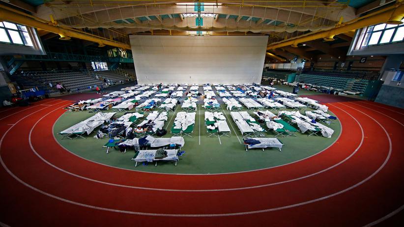 Haushalte: Eine Sporthalle in Hanau, umgewandelt in eine Notaufnahme für Flüchtlinge