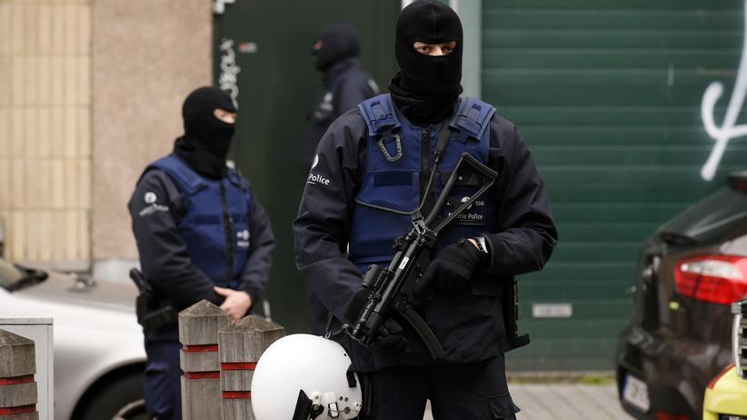 Polizisten im Brüsseler Stadtteil Molenbeek (Archivbild)