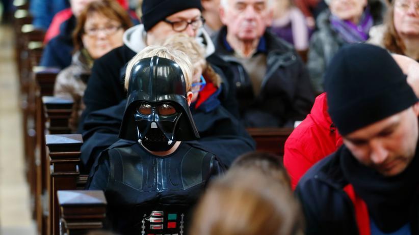 Zionskirche Berlin: Gottesdienstbesucher in Star-Wars-Montur