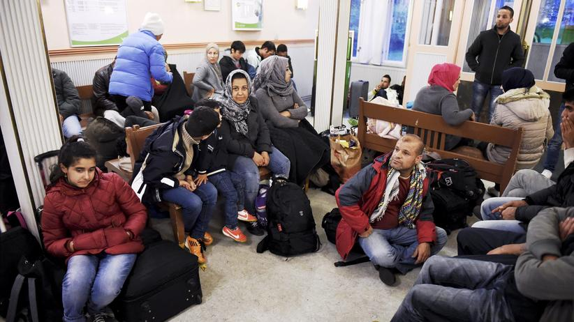 Flüchtlinge: Irakische Flüchtlinge warten am Bahnhof von Helsinki.