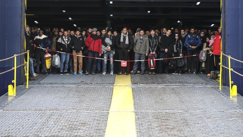 Flüchtlinge kommen in einem Hafen in der Nähe von Athen an