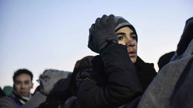 Flüchtlingskrise: Flüchtlinge warten an der Grenze zwischen Serbien und Mazedonien.