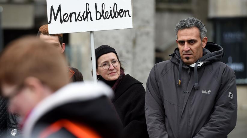 Sprache: Syrische Flüchtlinge und Unterstützer demonstrieren in Köln gegen Gewalt.