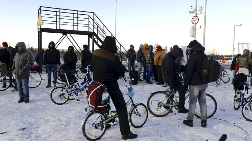 Flüchtlingspolitik: Flüchtlinge warten an der russisch-norwegischen Grenze in der Region Murmansk.