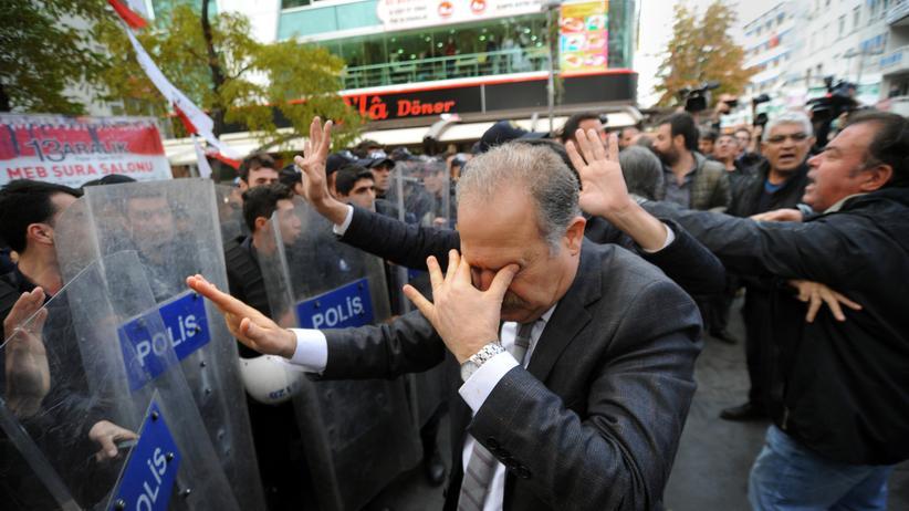 Bei einer Demonstration für die Journalisten Can Dündar und Erdem Gül setzt die Polizei Tränengas ein.