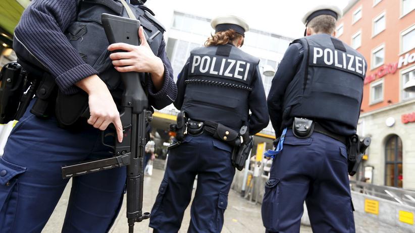 München : Polizisten vor dem Münchner Hauptbahnhof am Neujahrsmorgen