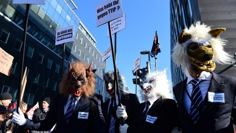 TTIP-Leseraum: TTIP-Gegner haben sich auf einer Demonstration in Berlin als Genmonster verkleidet.