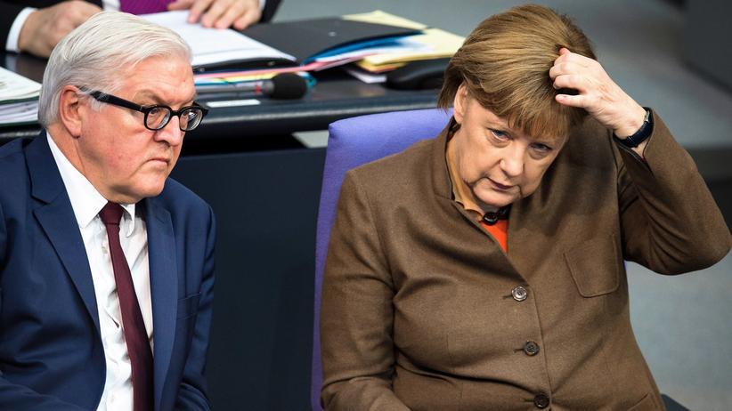 Asylrecht: Außenminister Frank-Walter Steinmeier und Bundeskanzlerin Angela Merkel im Bundestag