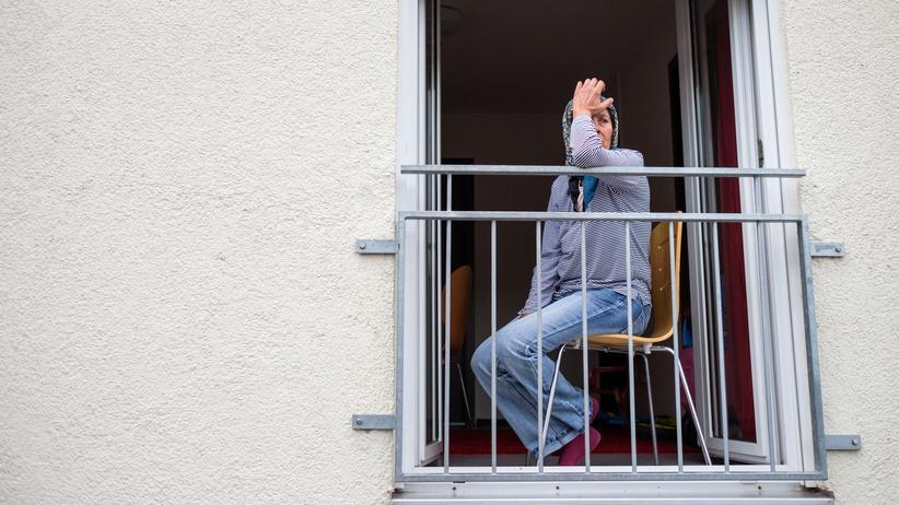 Bamf: Eine Frau am Fenster einer Flüchtlingsunterkunft in Heidelberg