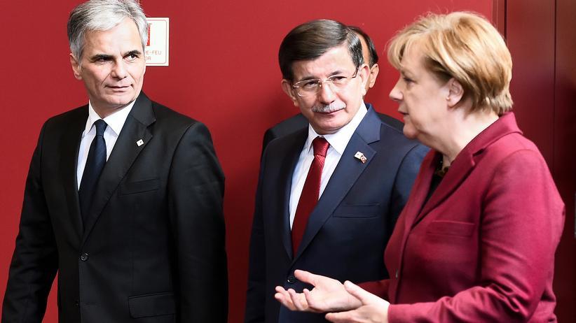 Presseschau EU-Gipfel: Bundeskanzlerin Angela Merkel (r.), der türkische Premier Ahmet Davutoğlu (m.) und der österreichische Kanzler Werner Faymann (auf dem EU-Gipfel am 29. November in Brüssel)