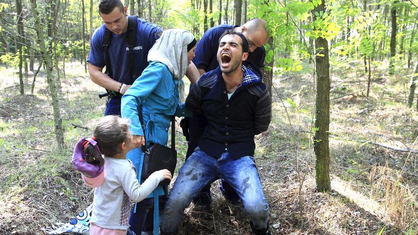 Flüchtlinge: Eine syrische Flüchtlingsfamilie wird von ungarischen Grenzbeamten festgenommen, nachdem sie die Grenze von Serbien nach Ungarn illegal überschritten hatte.