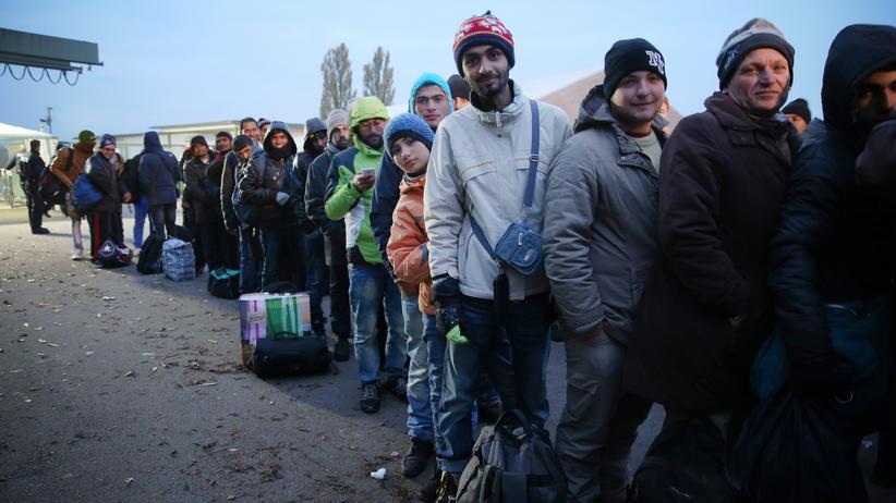 Flüchtlinge: Flüchtlinge am deutsch-österreichischen Grenzübergang Ering