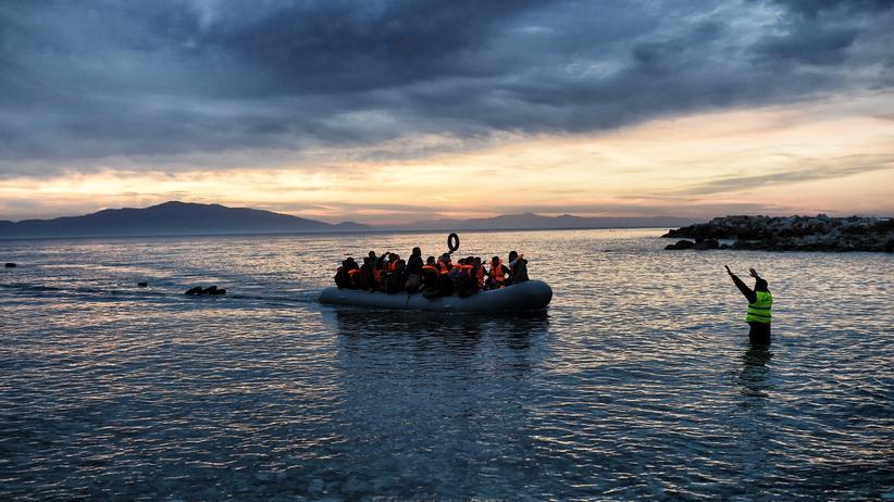 Ein Flüchtlingsboot vor dem griechischen Lesbos
