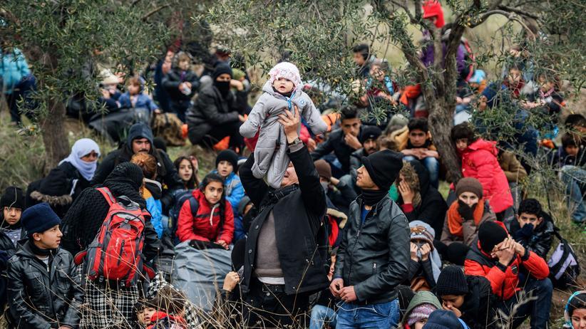 Flüchtlingspolitik: Flüchtlinge warten auf ihre Überfahrt nach Griechenland.