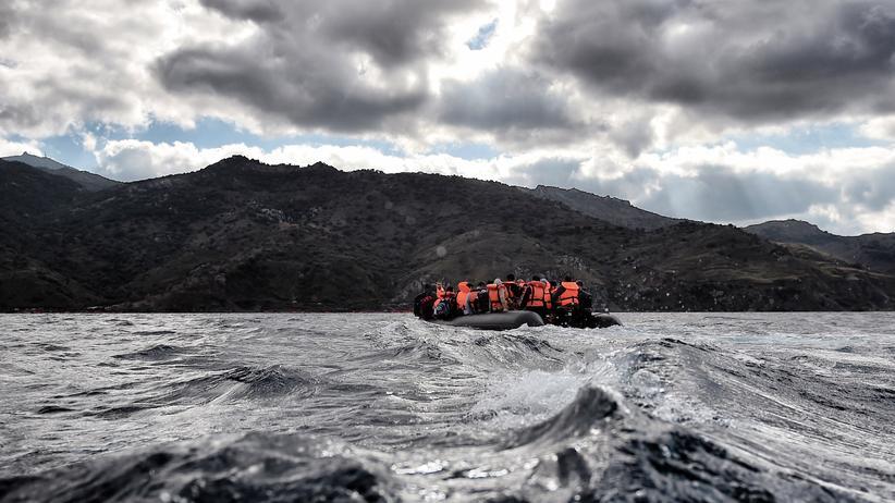 EU-Türkei: Lebensgefährliche Überfahrt: Flüchtlinge sitzen in einem Boot auf dem Meer vor der griechischen Insel Lesbos.