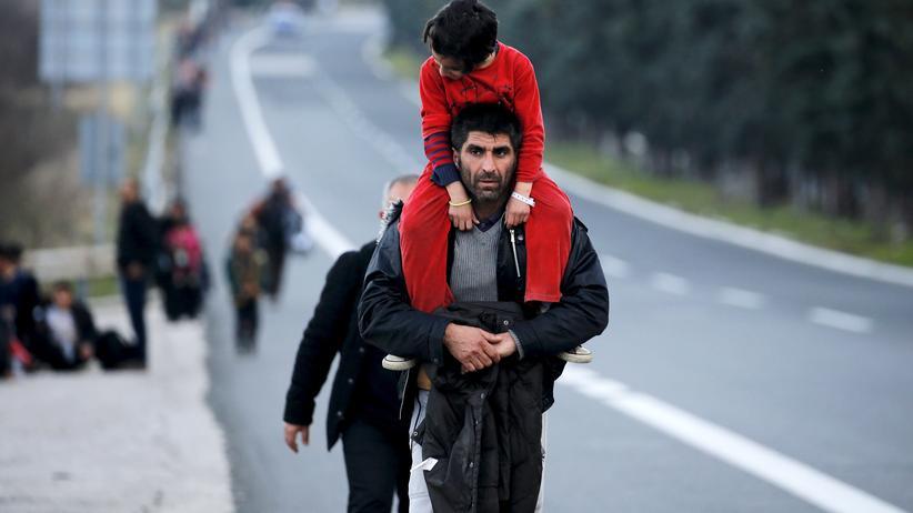 Balkanroute: Tausende Flüchtlinge sind zu Fuß auf Griechenlands Autobahnen unterwegs in Richtung Norden.