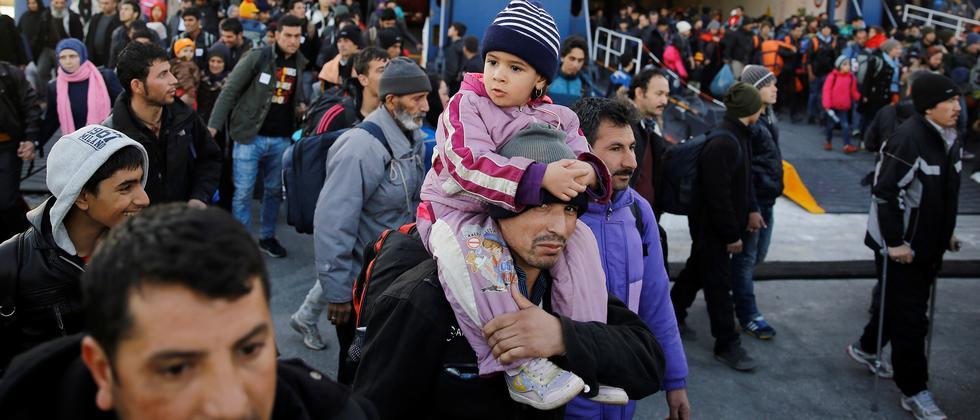 Syrische Flüchtlinge kommen am Hafen der griechischen Stadt Piräus an.