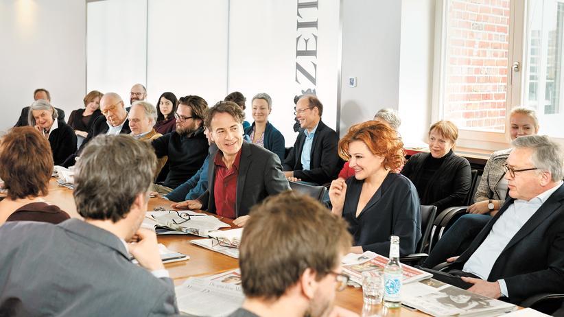 Jeden Donnerstag trifft sich die Redaktion zur Blattkritik. Hier am 11. Februar im 6. Stock des Helmut-Schmidt-Hauses. Das Berliner Büro ist per Video zugeschaltet.