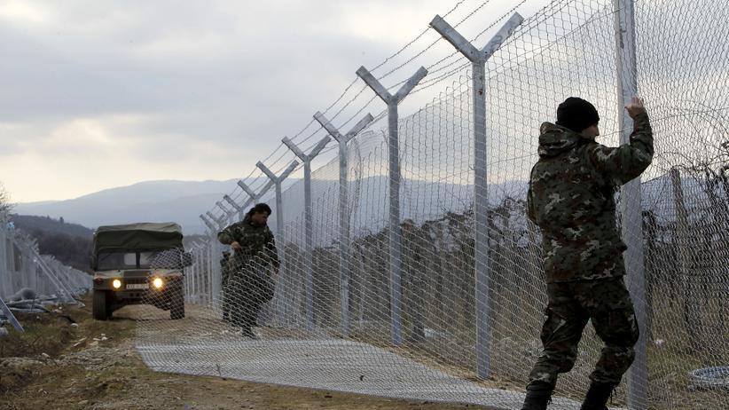 Mazedonische Soldaten errichten einen Zaun aus Stacheldraht an der Grenze zu Griechenland.