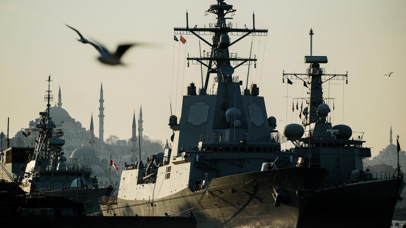 Flüchtlinge: Ein Schiff der Nato im Hafen von Istanbul