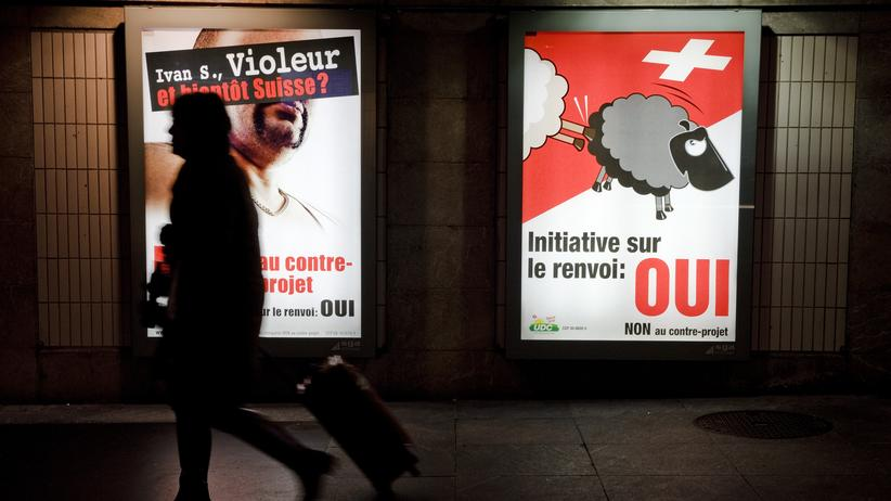 Durchsetzungsinitiative: Die SVP teilt die Schweiz in weiße und schwarze Schafe (SVP-Plakat von 2010 in Lausanne)