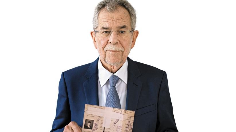 Alexander Van der Bellen und der Flüchtlingspass seines Vaters
