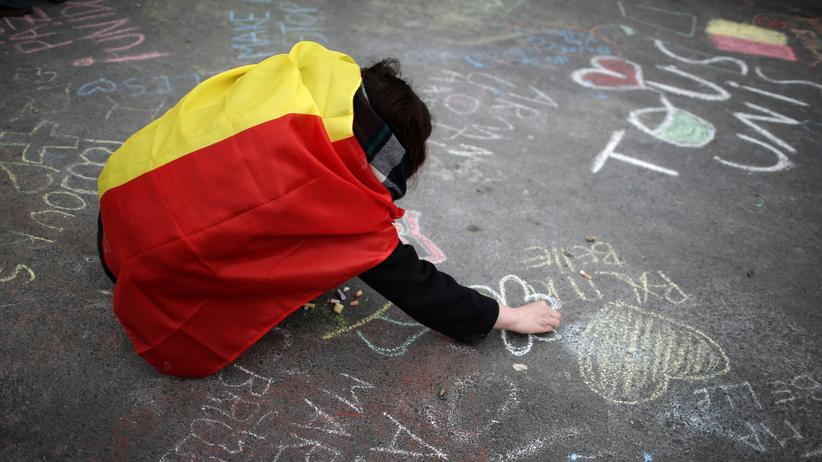 Belgien: BRUSSELS, BELGIUM - MARCH 23: People chalk messages of support on the floor of the Bourse De Brussels building in the Place de la Bourse following yesterday's terrorists attacks on March 23, 2016 in Brussels, Belgium.