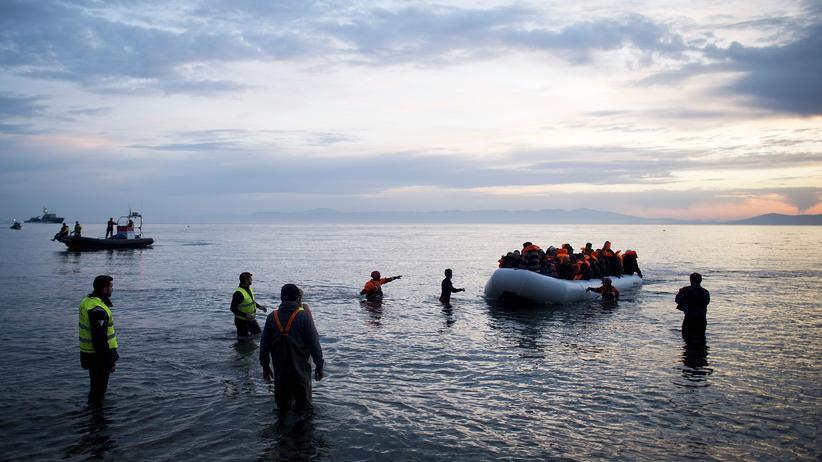 Flüchtlinge: Gleich zurückschicken? Flüchtlinge erreichen die griechische Insel Lesbos in einem Schlauchboot.