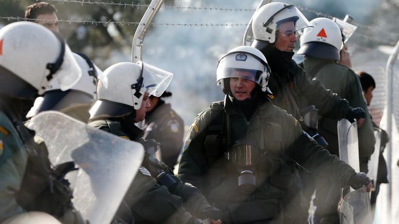 Flüchtlingskrise: Griechische Polizisten an der Grenze zu Mazedonien