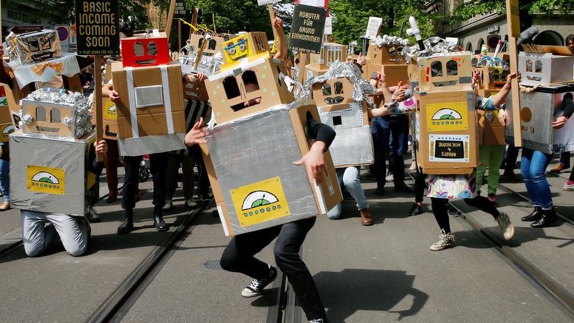 Bedingungsloses Grundeinkommen: Dieser Roboter tanzt in Bern für ein bedingungsloses Grundeinkommen.
