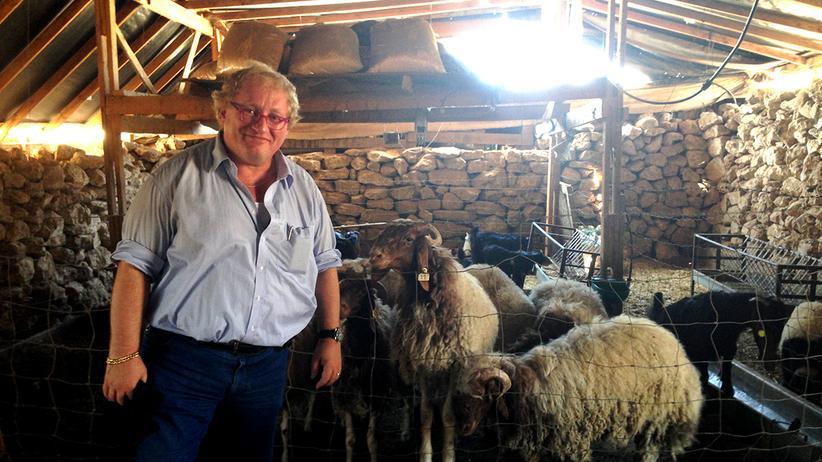 Tuvia Tenenbom zwischen Ziegen und Schafen