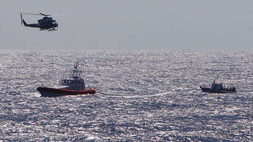 Flüchtlingskrise: Küstenschutz eskortiert ein Boot mit Flüchtlingen