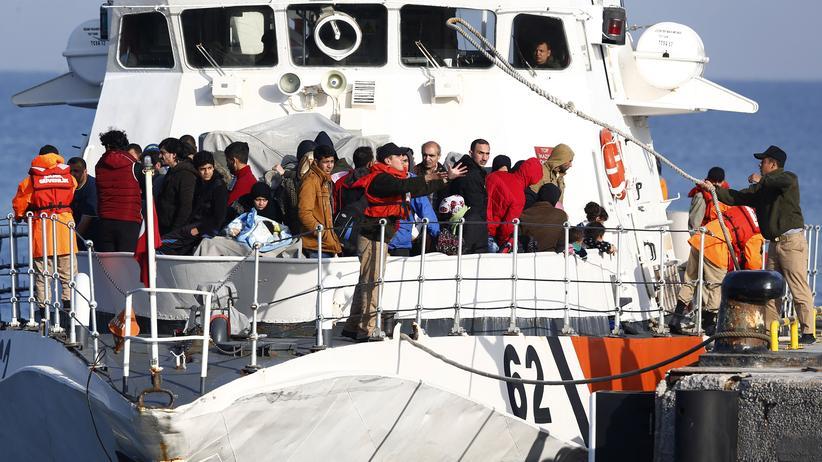 Flüchtlingskrise: Flüchtlinge auf einem Boot der türkischen Küstenwache