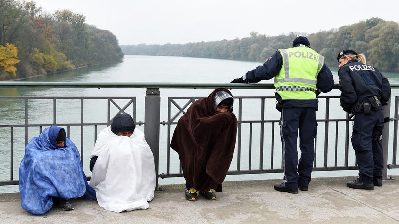 Flüchtlinge: Minderjährige Flüchtlinge an der deutsch-österreichischen Grenze im Oktober 2015