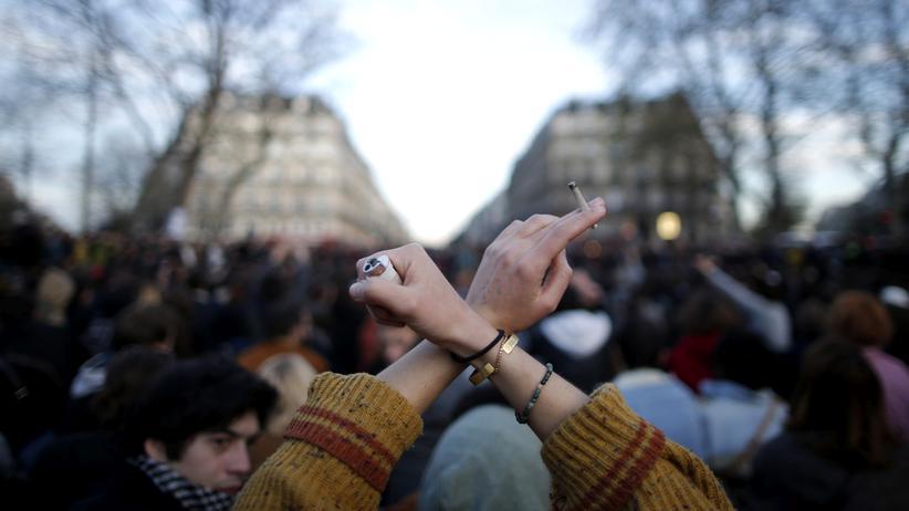 Berlin: Unterstützer der Nuit-debout-Proteste auf dem Platz der Republik in Paris