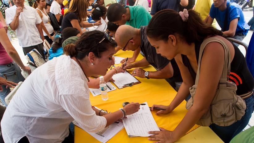 Venezuela: Die Opposition sammelt in Caracas Unterschriften für ein Referendum gegen Präsident Nicolás Maduro.