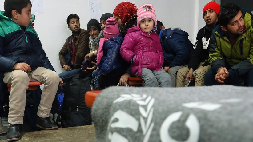 Schlepper: Flüchtlinge warten auf ihre Registrierung in Passau.