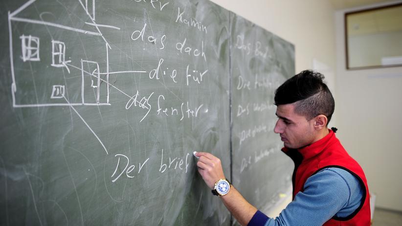 Integrationsgesetz: Deutschunterricht in einer Flüchtlingsunterkunft in Sarstedt