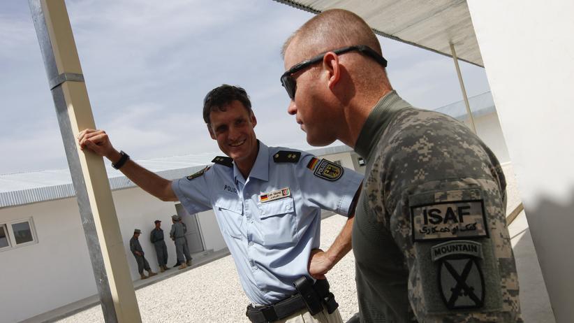 Ein deutscher Polizist spricht mit einem Soldaten der US Army.