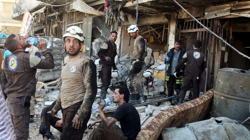 Syrien-Krieg: Rettungskräfte nach einem Luftangriff auf die syrische Stadt Aleppo