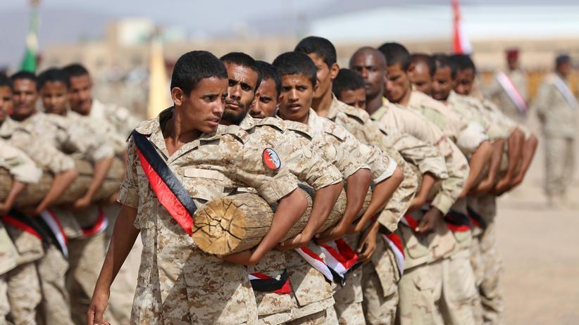 Jemen: Regierungstreue jemenitische Soldaten bei einer Parade in Marib im Juni 2016