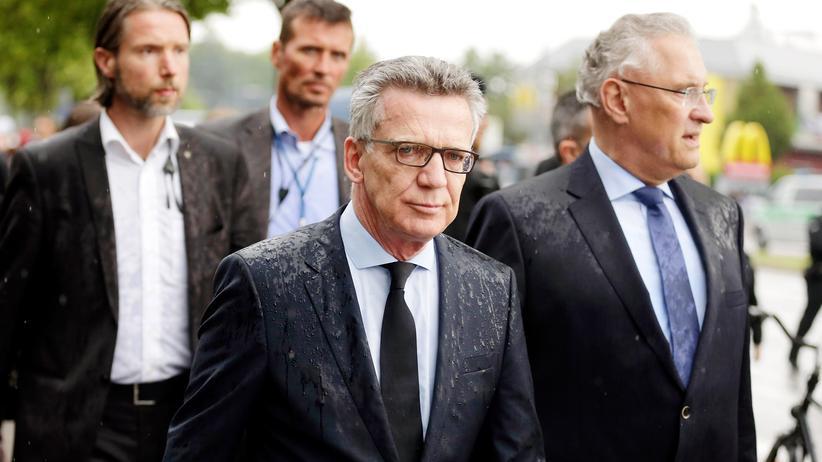 Amoklauf in München: Bundesinnenminister de Maizière und sein bayerischer Amtskollege Herrmann am Tatort in München